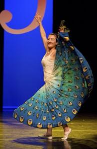 Yan Ling danst Pauwendans